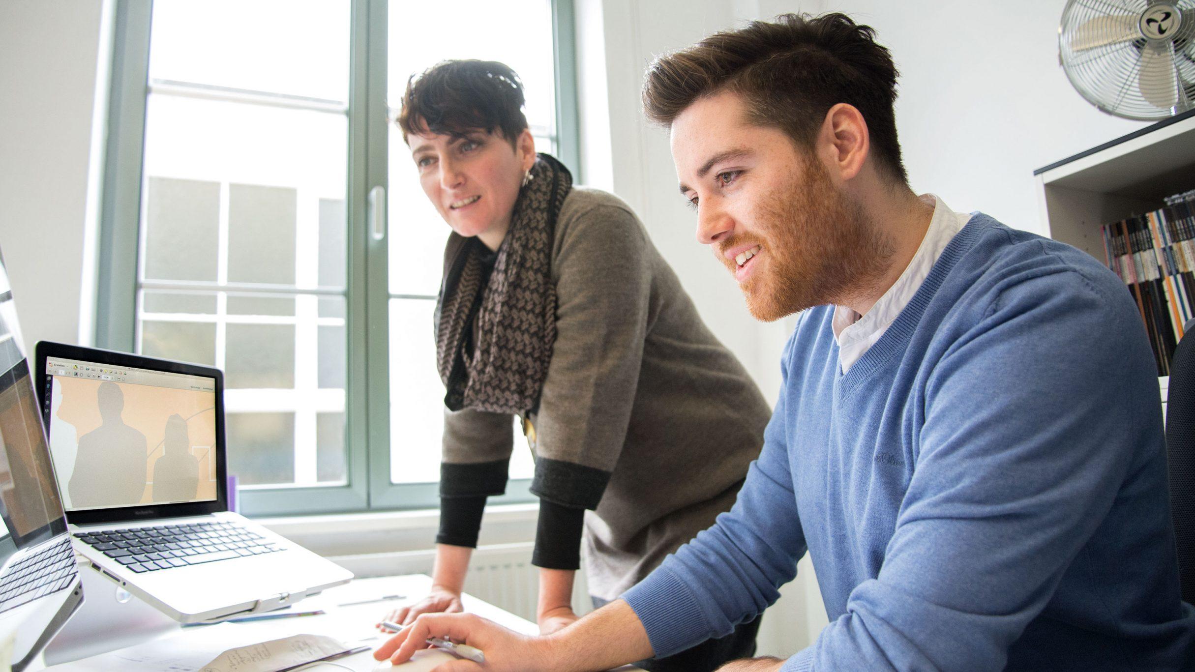 Simone und Florian bei der hbm Wandgestaltung: DIE NEUDENKER® Agentur, Darmstadt