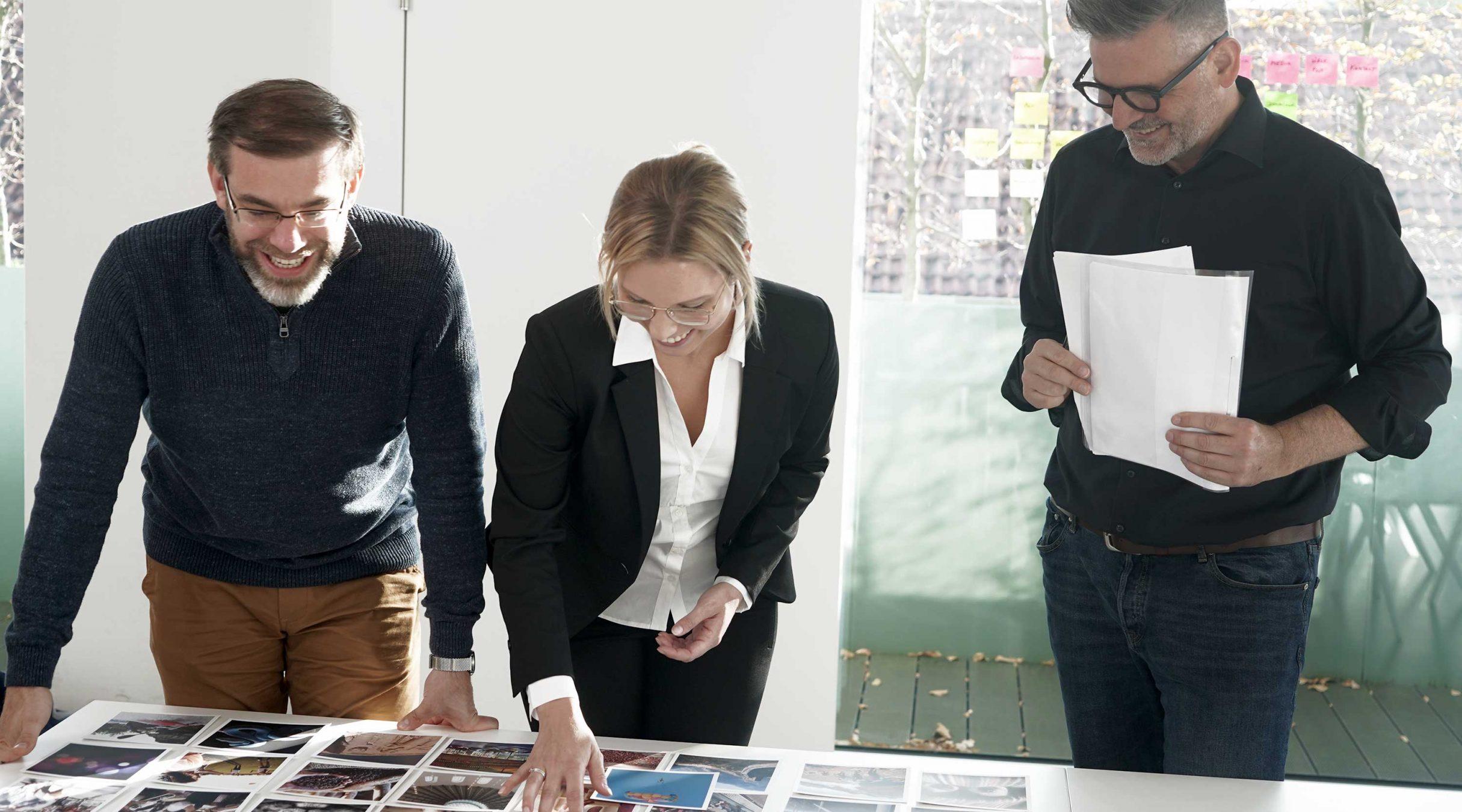 Workshop-Teilnehmer suchen Karten aus